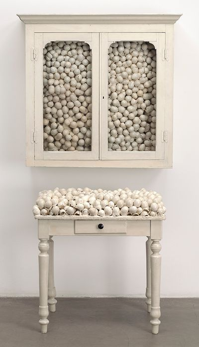 Armoire blanche et table blanche (MoMA, New York)