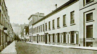 Isabellastraat. De lange witte gevel is het pensionaat Heger.