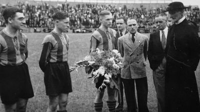 Kanunnik Dessain (rechts) in 1947 bij een wedstrijd FC Malinois-FC Liegèois