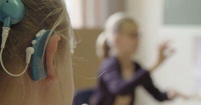 Stijn Coninx zoekt het evenwicht in de communicatie tussen woorden en gebaren bij doven en slechthorenden.
