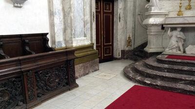 Sint-Pieterskerk: onder de grote marmeren tegel zou de urne van Margaretha liggen