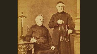 Pastoor Hellemons (L) en vader Vincentius (R)