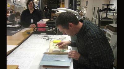 Greg Hodgins neemt een labomonster van het manuscript