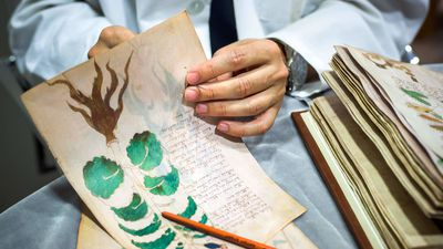 Boekbinder aan het werk met een facsimile-exemplaar