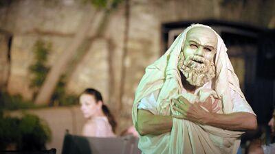 De beeltenis van Socrates in de voorstelling 'Socrates now'