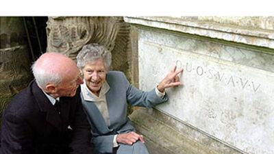 Oliver en Sheila Lawn, twee veteranen-codebrekers uit WOII, bij de Shugborough inscriptie