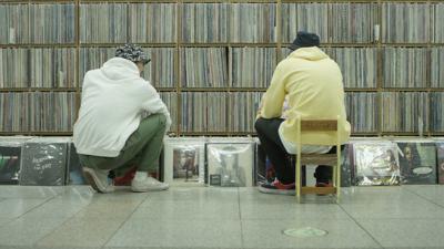 LeFtO zoekt naar vinylplaten in Seoul.