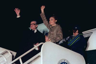 De sjah en zijn vrouw voor het vertrek na een staatsbezoek aan de Verenigde Staten.