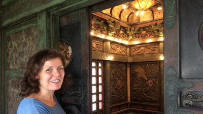 Conservator Nathalie Vandeperre opent de deuren van de Japanse Toren