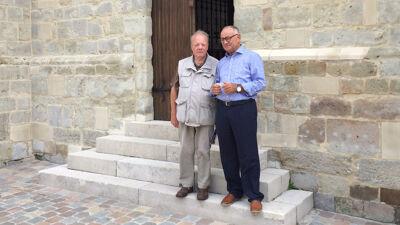 Michel Verhelst en Freddy Maes voor de kapel in Moorsel, onwetend dat een kopie in Osaka staat.
