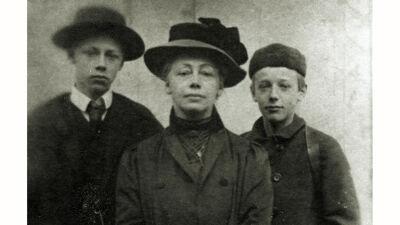 Käthe met haar twee zonen Hans en Peter, 1909