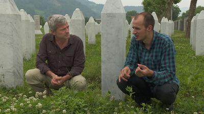 Ahmed Hrustanović verloor zijn vader, ooms en grootvaders tijdens de genocide. Hij toont het graf van zijn vader op de begraafplaats van Potočari.