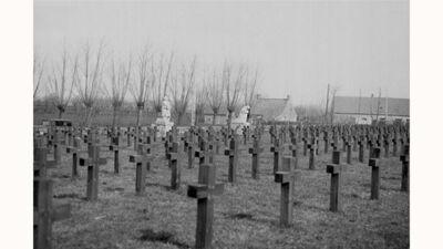 Friedhof Roggeveld met op de achtergrond de beeldengroep