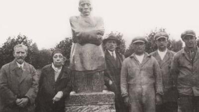 Käthe Kollwitz en gezelschap bij het beeld van de vader op Friedhof Roggeveld