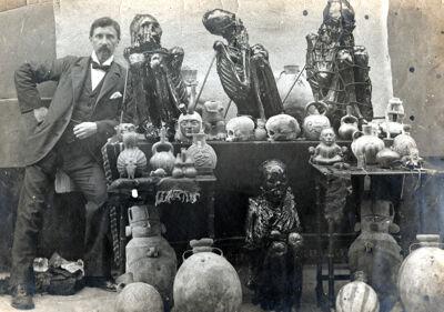 Jean-Baptiste bij de mummie die hij naar Brussel zou sturen