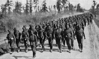 Russische soldaten op weg naar het front