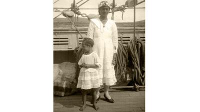 Ana en haar moeder Victoria op het dek van de Mercator, vlak voor het vertrek.