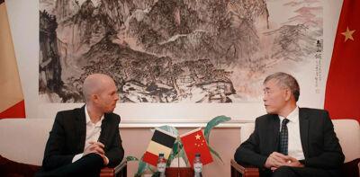Tom Van de Weghe en de Chinese ambassadeur Qu Xing