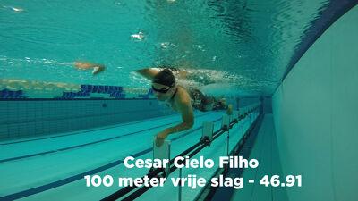 Op de foto: Zwemmen: Maarten test een polyurethaanpak in het water