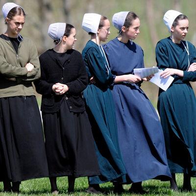 Vrouwen in traditionele Amish-klederdracht
