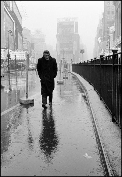 1955. James Dean op Times Square, New York City.