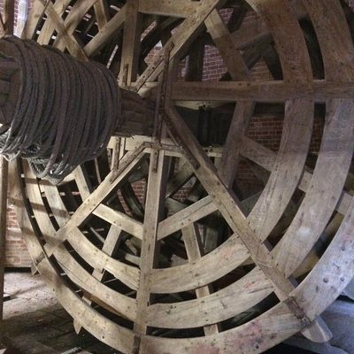 De oude tredmolen in de toren diende om zware lasten naar boven te hijsen