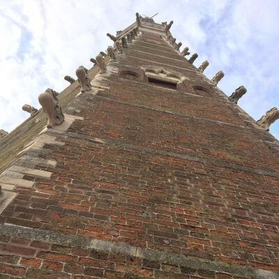 Aan de basis van de bakstenen torenspits