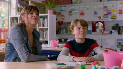 Juf Olivia geeft les aan Emil, het zoontje van Lander.