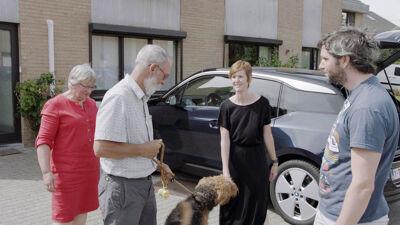 Roland laat alleen de hond uit, onder het goedkeurend oog van zijn Christine, Lynn en Lieven.