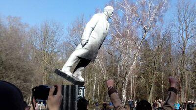 Een beeld van Lenin wordt neergehaald in Oekraïne