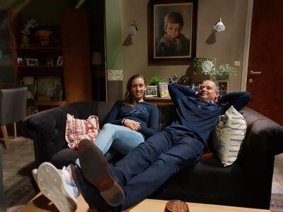 Elise Mertens en haar papa op de bank van Frank.