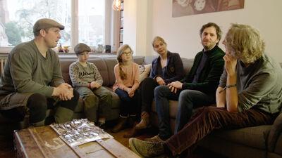 Flo en Minne met hun ouders, Lieven Scheire en maker Anthony Liekens.