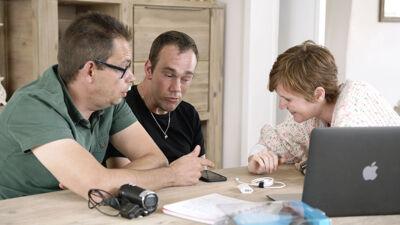 Toms persoonlijke assistent Jaak, Tom en maker Lynn Coorevits.