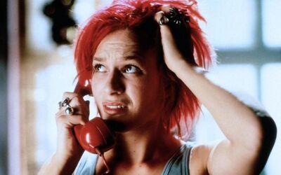 Lola krijgt telefoon. De telefoon is niet toevallig rood van kleur.