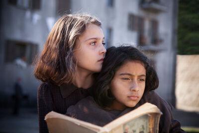 de kinderen Elisa Del Genio (Elena) en Ludovica Nasti (Lila)