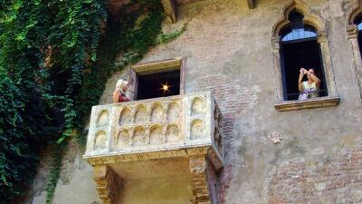 Toeriste poserend op het beroemde balkon van Julia