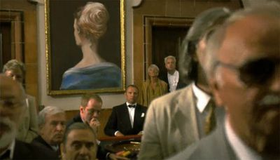 Een schilderij van het achterhoofd van Kim Novak.