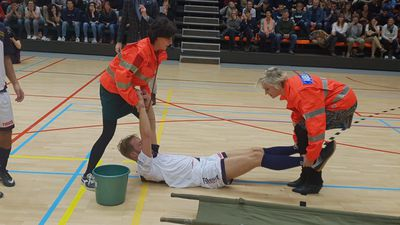 Oh jee, man down! Dokter Ann en haar lief to the rescue!