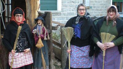Drie Italiaanse meisjes verkleed als Befana