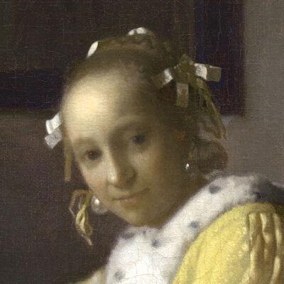 Schrijvende vrouw in het geel