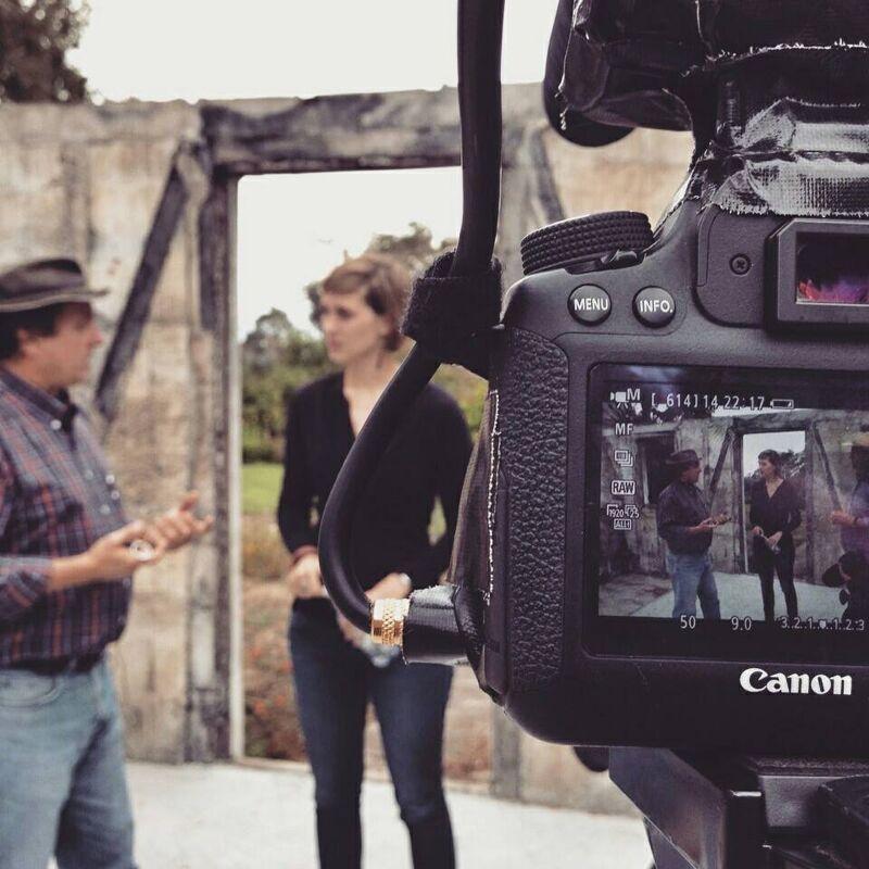 Beginnend journaliste Kaja Verbeeke aan het werk in Chili, waar ze de tv-reportage Marichiweu Compadre maakte.