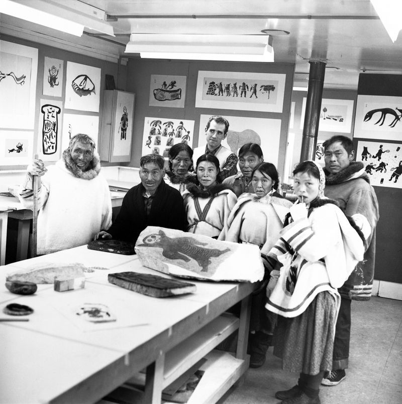 Pudlo Pudlat (helemaal rechts) met andere Inuït kunstenaars in de studio, Cape Dorset, 1961