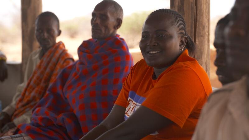 Josphine tussen dorpsoudsten op een stammenvergadering van de Turkana en de Samburu.
