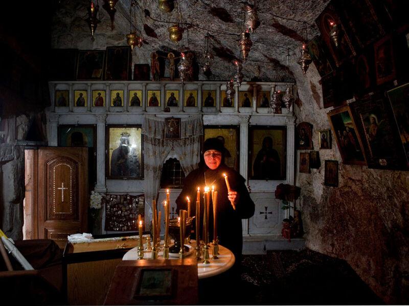 Een Grieks-orthodoxe non in de kapel van de Heilige Thekla in Maaloula