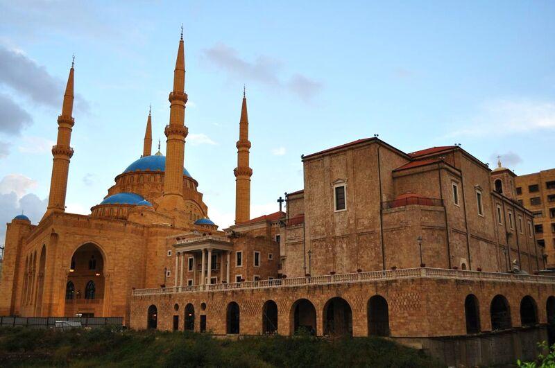 Een kerk en een moskee, vlak naast elkaar gebouwd in Beiroet.
