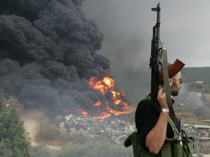 Een Hezbollah-strijder houdt de wacht op de heuvels rond Beiroet.