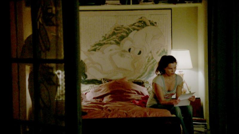 Ook in de slaapkamer van de eigenzinnige matriarch uit The Legacy duikt Hokusai's Vissersvrouw op.