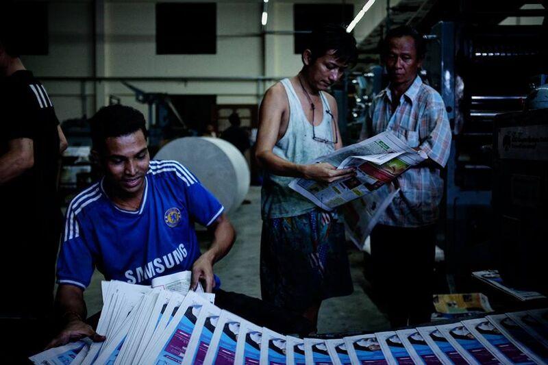 De nieuwe editie van de krant Myanmar Times wordt gedrukt