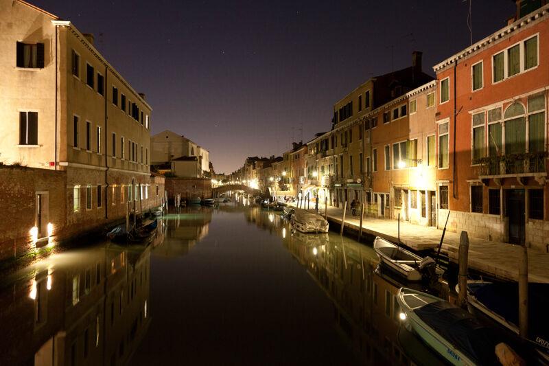 's Avonds leer je het échte Venetië kennen.