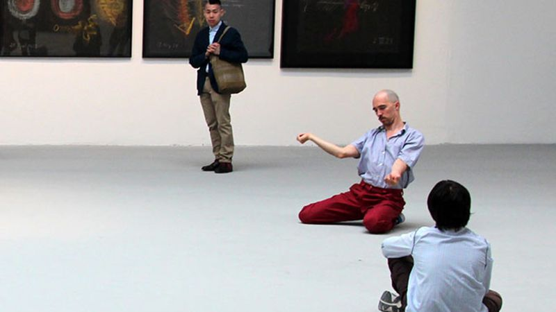 Performer in een interventie van Tino Seghal